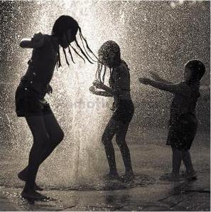 bambini felici sotto la pioggia