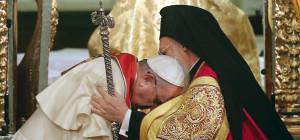 Papa Francesco si inchina al patriarca Bartolomeo