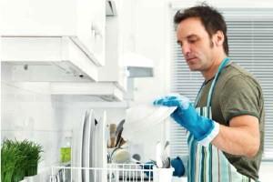uomini-che-aiutano-in-casa