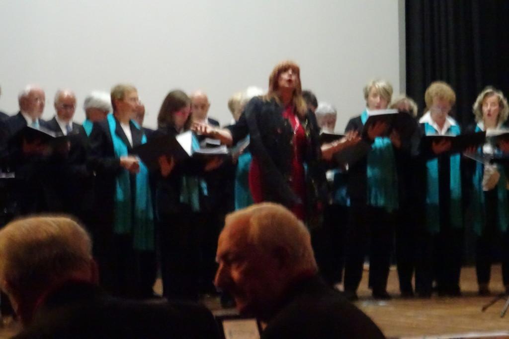 Il Maestro Zapparoli durante la sua esibizione, accompagnata dal coro.