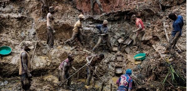 Congo: miniere di coltan, minerale rarissimo usato per far funzionare i telefonini