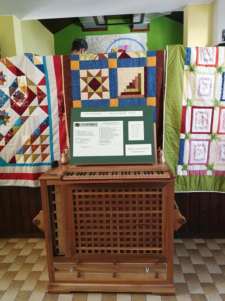 pezzo più importante della mostra: l'organo fatto a mano dal sig. Testori. Sullo sfondo i bellissimi patchwork  del gruppo dell'Opificio Zappa.