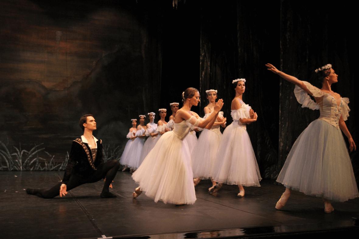 Giselle supplica la regina delle Villi di risparmiare il suo principe