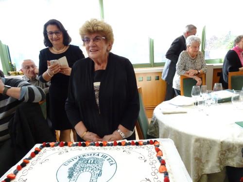 La Presidente e alle sue spalle Daniela al momento del taglio della torta.