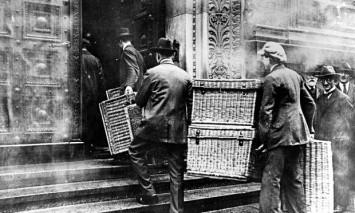 Quando i Tedeschi andavano a comprare il pane con cesti al posto dei portafogli: un chilo di pane costava miliardi di marchi
