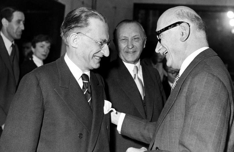 De Gasperi, Adenauer (in secondo piano) e Schumann, tre grandi padrei dell'Europa.